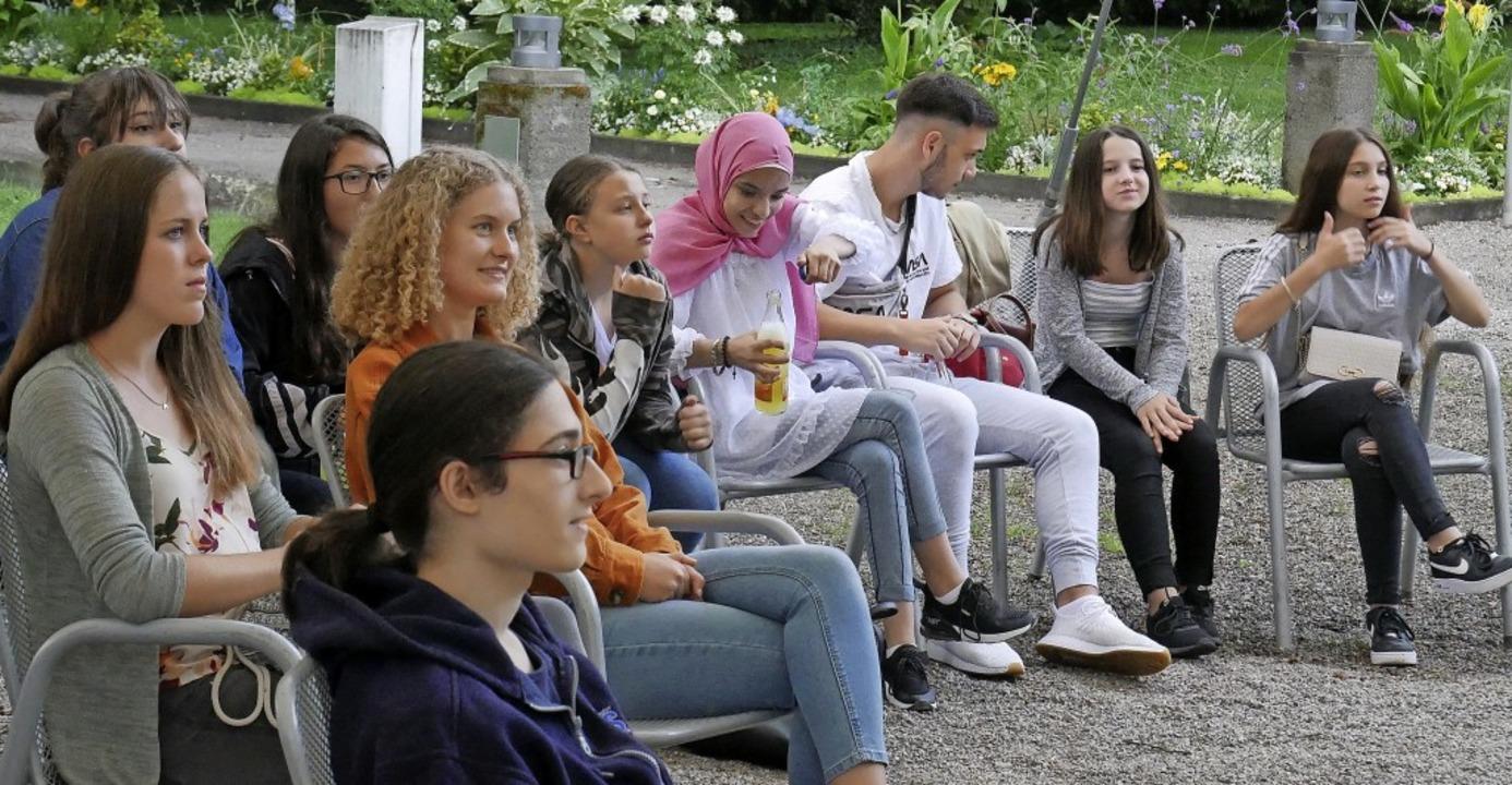 Rund 30 Jugendliche waren zum Bürgerdialog in den Schlosspark gekommen.     Foto: Michael Gottstein