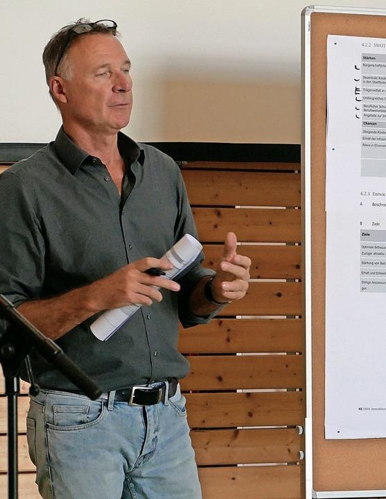 Moderator Frank Leichsenring stellte d...Analyse und die Entwicklungsziele vor.    Foto: Michael Gottstein