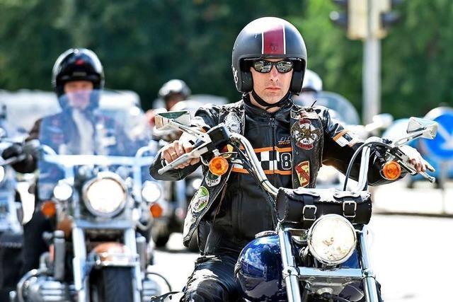Motorradfahrer demonstrieren für freie Fahrt durch den Schwarzwald
