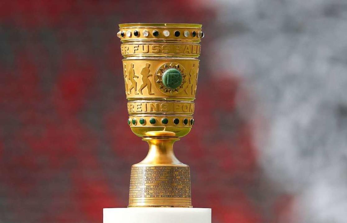 Diesen Pokal bekommt der Sieger – wenigstens das ist sicher.  | Foto: Jan Woitas (dpa)