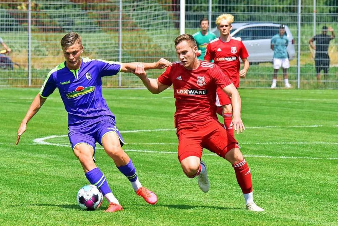 Der SC Freiburg II, hier Marvin Pierin...Amrhein, dominierte den Freiburger FC.  | Foto: Daniel Thoma