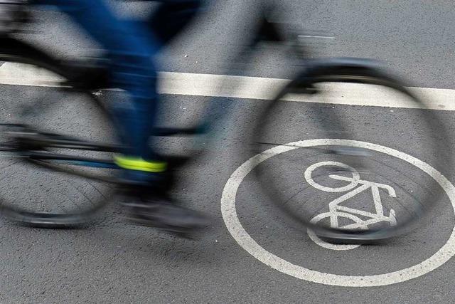 Fußgänger verursacht bei Denzlingen Unfall zweier Radfahrer