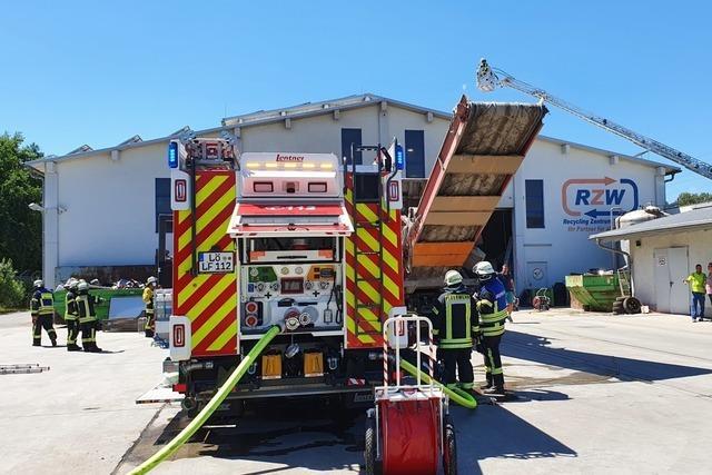 Feuerwehr löscht Brand im Recyclingzentrum Wiesental in Steinen