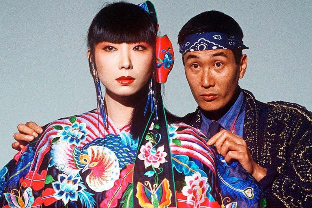 Der japanische Modedesigner Kansai Yam...nes Kleides an Model Sayoko Yamaguchi.  | Foto: - (dpa)