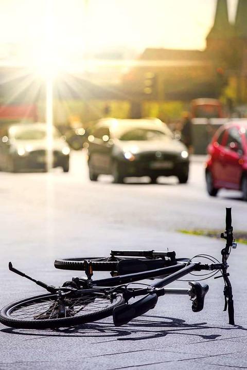 Am Freitagmorgen wurde eine Radfahreri... einem Auto die Vorfahrt (Symbolbild).  | Foto: Rainer Fuhrmann - stock.adobe.com