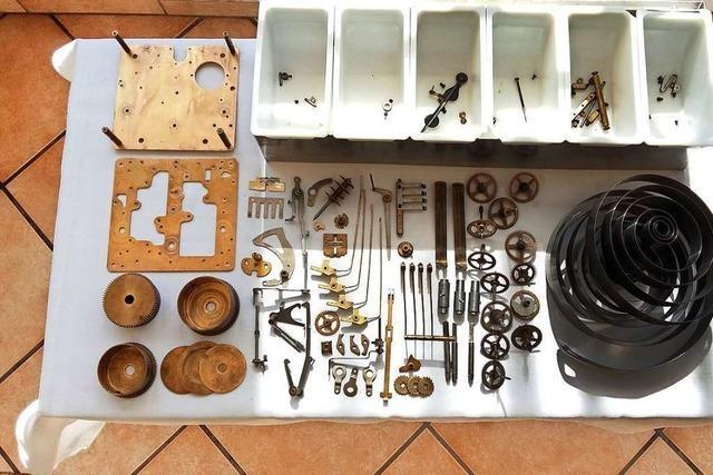 22-Jähriger hat es sich selbst beigebracht, alte Uhren zu reparieren
