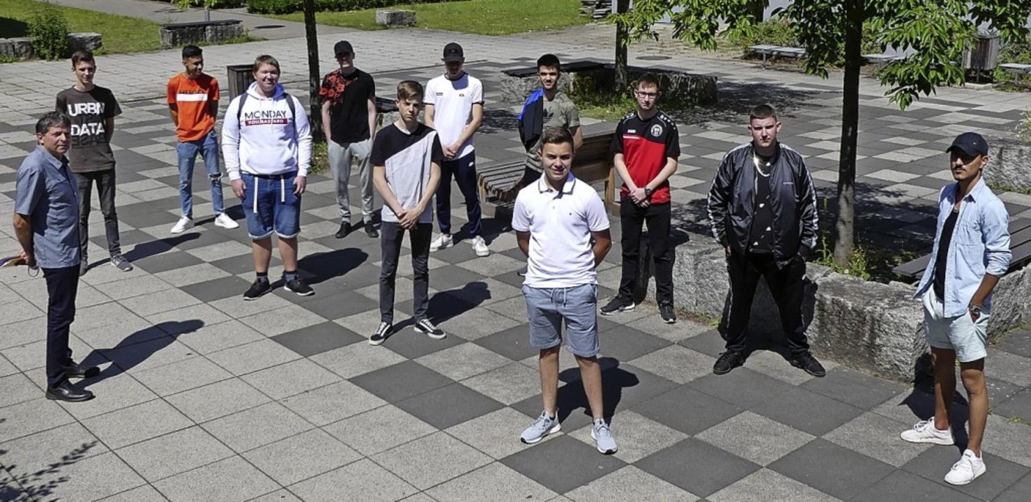 Einige der stolzen Absolventen der Ber...ein auf dem Schulhof des BSZ Waldkirch  | Foto: BSZ