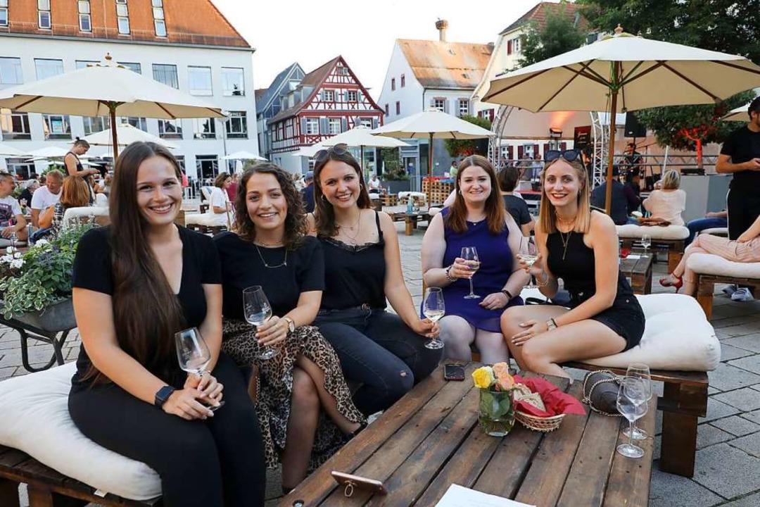 Auch viele jüngere Leute ließen sich b...sfeeling ein Glas Ortenauer schmecken.  | Foto: Christoph Breithaupt