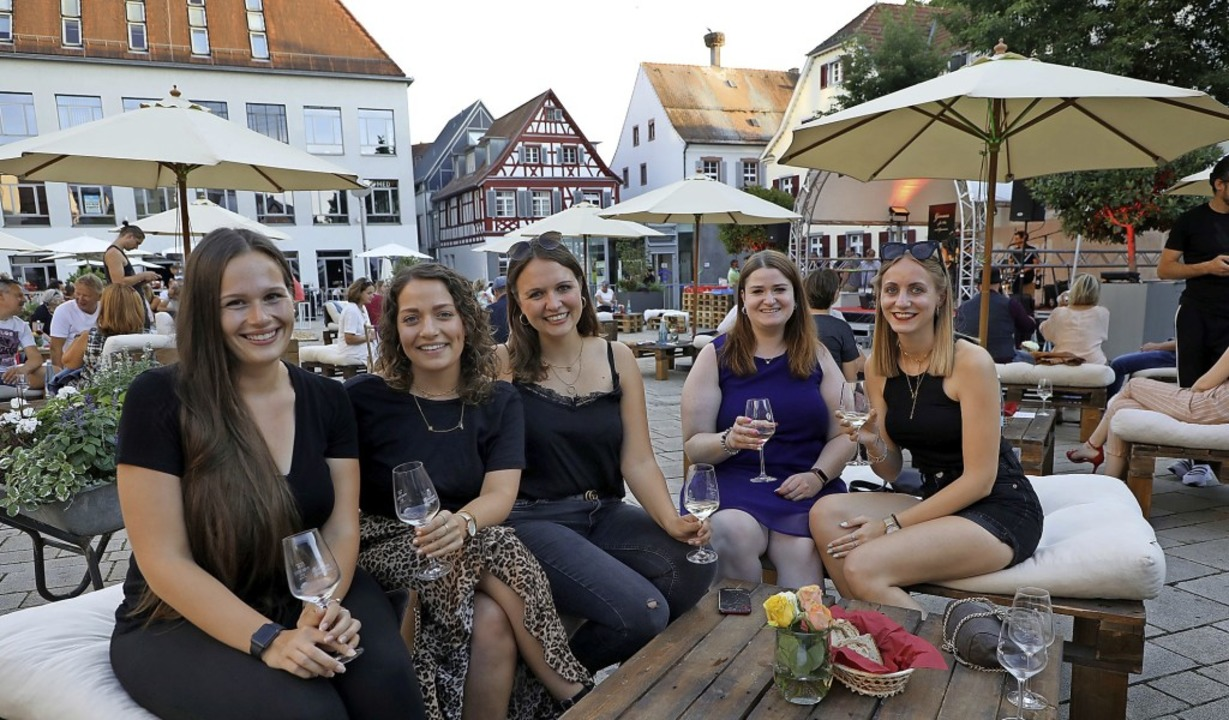 Auch viele jüngere Leute ließen sich b...feeling ein Glas Ortenauer schmecken.     Foto: Christoph Breithaupt