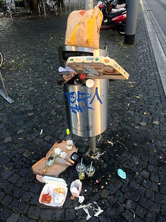 Müll, Müll und nochmal Müll: So sieht ... der Alten Synagoge und drumherum aus.  | Foto: Joachim Röderer
