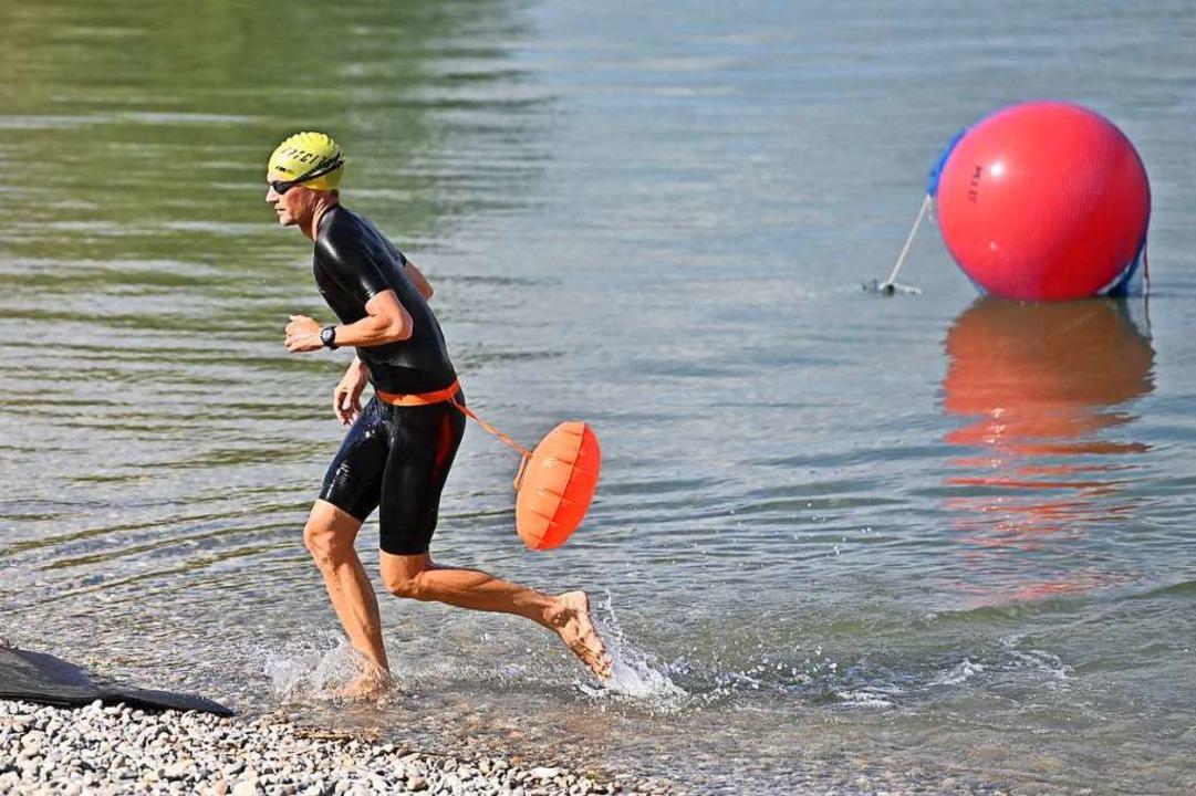 Mit Schwimmboje unterwegs: Im Müllerse...portler am Sonntag ihren Triathlontag.    Foto: Achim Keller
