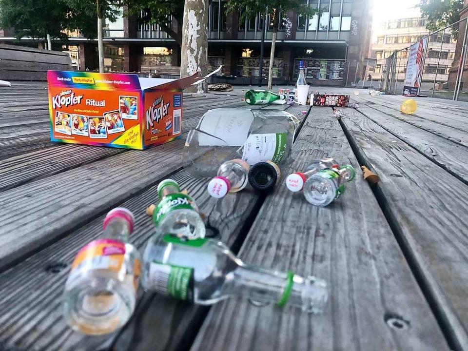Auf dem Platz der Alten Synagoge sieht...mstagmorgen aus wie auf der Müllkippe.  | Foto: Joachim Röderer