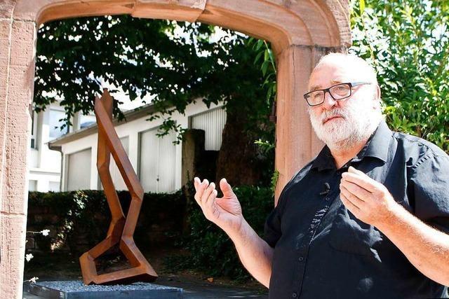 Künstler Robert Schad führt durch die Ausstellung in der Lahrer Innenstadt