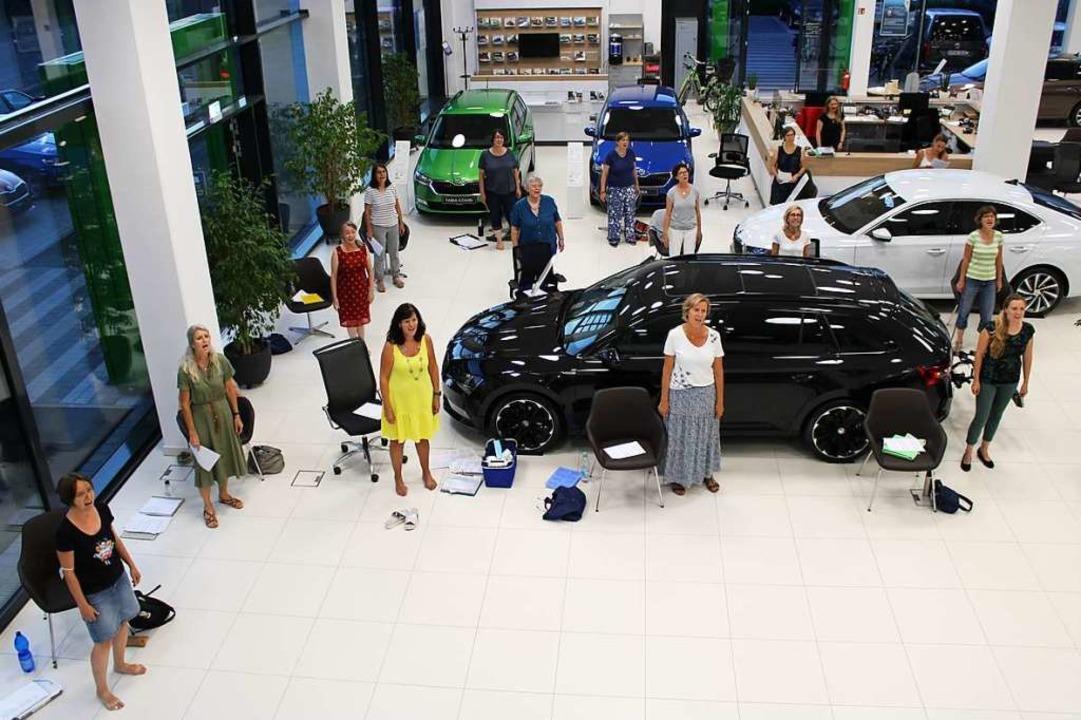 Der Emmendinger Chor Pop Vox probt abe...t, wo tagsüber Autos verkauft werden.   | Foto: Annika Sindlinger