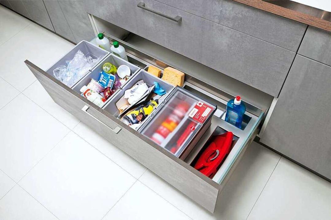 In einer großen Schublade ist das Müll...nd Erste-Hilfe-Kit finden ihren Platz.  | Foto: Fischer Küchen