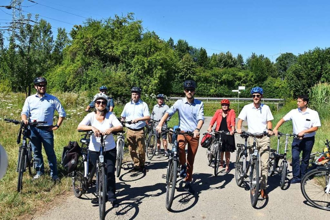 Bei einer Radtour mit Regierungspräsid...d Abgeordnete den Radschnellweg  RS 6.  | Foto: Manfred Frietsch