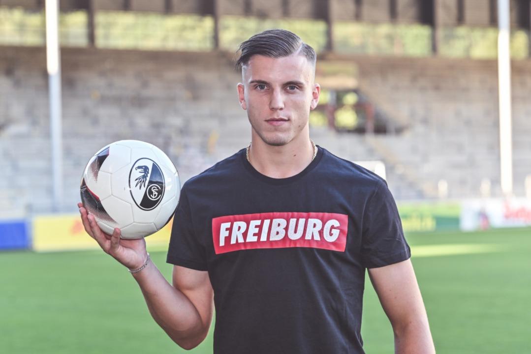 Ermedin Demirovic, beim Fototermin im ...stadion noch mit provisorischem Shirt.  | Foto: Achim Keller