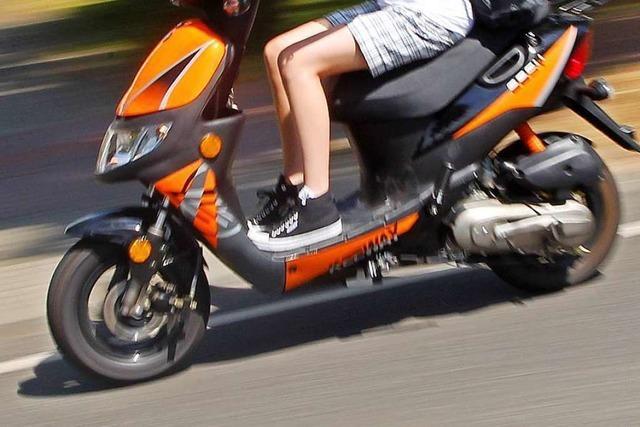 Polizei verfolgt Rollerfahrer ohne Helm in Freiburg-Haslach