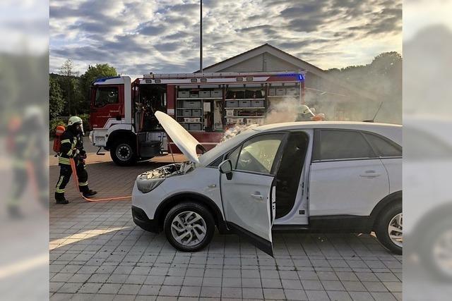 Auto brannte auf Parkplatz