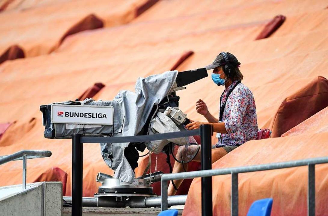 Die Fußball-Bundesliga generiert als T...; aber wie sollen sie verteilt werden?  | Foto: Swen Pförtner (dpa)