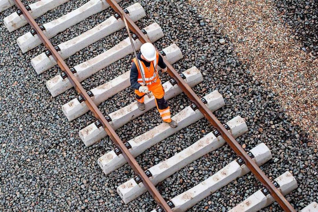 8500 Tonnen Schotter sollen auf der Strecke eingebaut werden.  | Foto: Lukas Schulze
