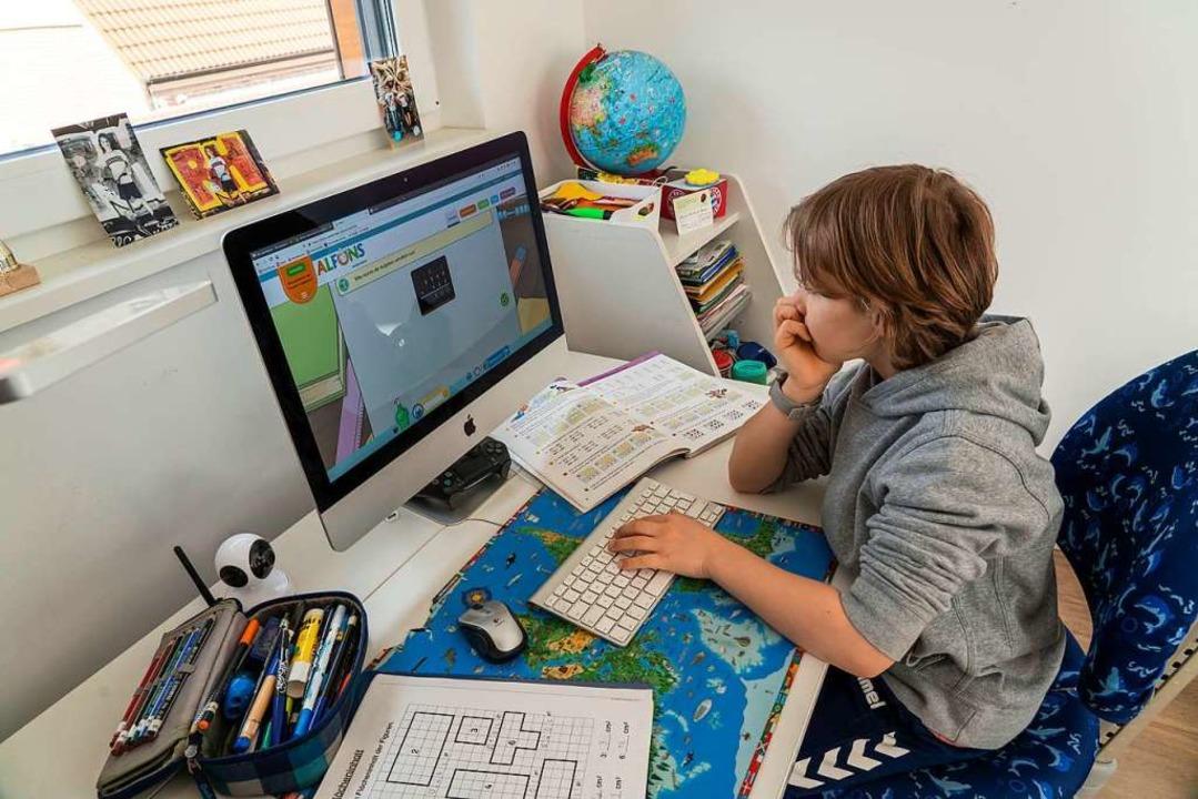 In der Corona-Krise war auf einmal der eigene Schreibtisch das Klassenzimmer.  | Foto: Jochen Tack via www.imago-images.de