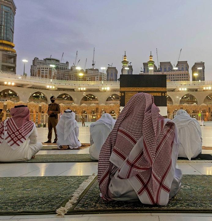Gläubige beten vor der Kaaba, dem quad...ilde im Innenhof der Heiligen Moschee.  | Foto: --- (dpa)