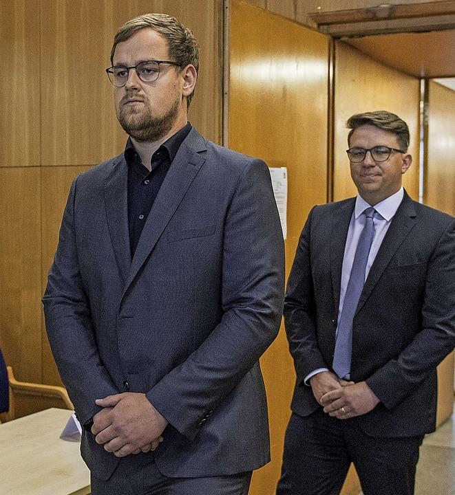 Walter Lübckes Söhne Jan-Hendrik (links) und Christoph im Gerichtssaal  | Foto: Thomas Lohnes (dpa)