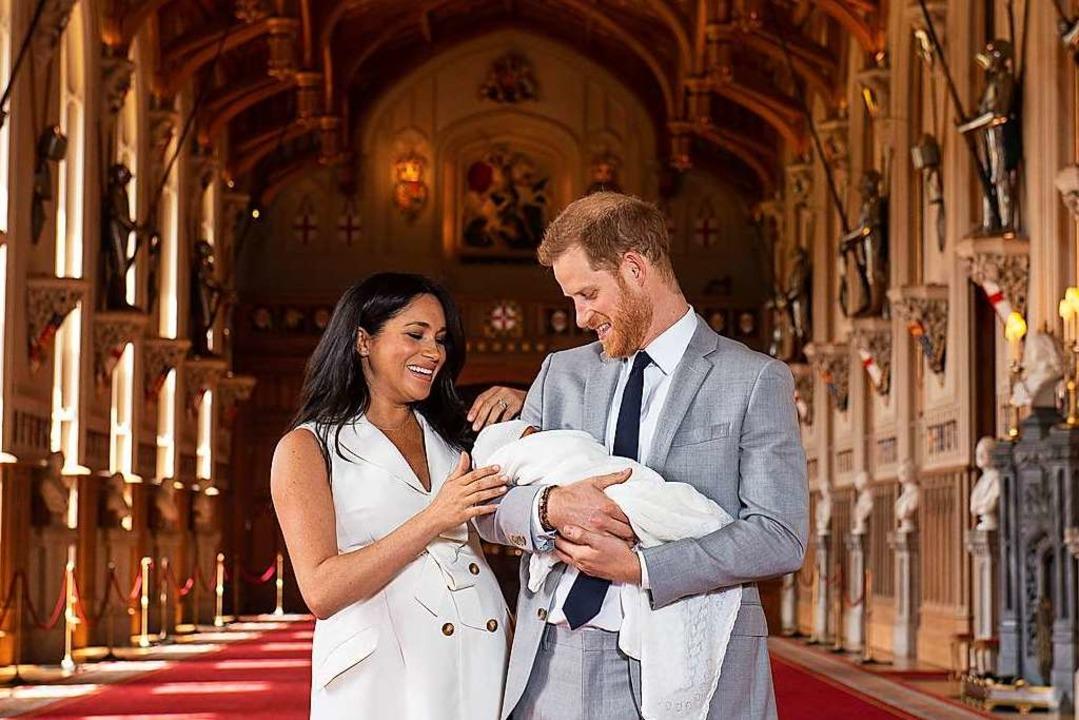 Prinz Harry und Herzogin Meghan halten...e's Hall im Windsor Castle im Arm.  | Foto: Dominic Lipinski (dpa)