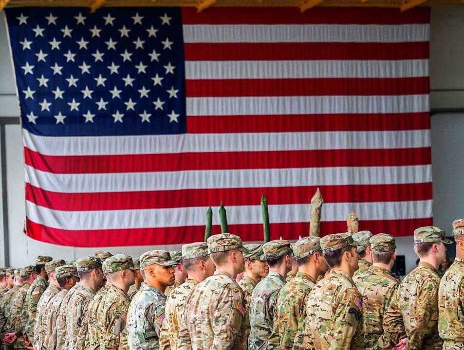 US-Soldaten stehen während einer milit...e der Vereinigten Staaten von Amerika.  | Foto: Nicolas Armer (dpa)