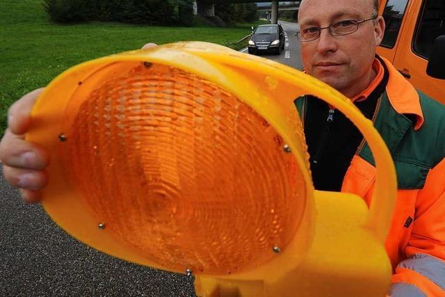 Vier Warnbaken werden auf der A98 bei Lörrach umgefahren