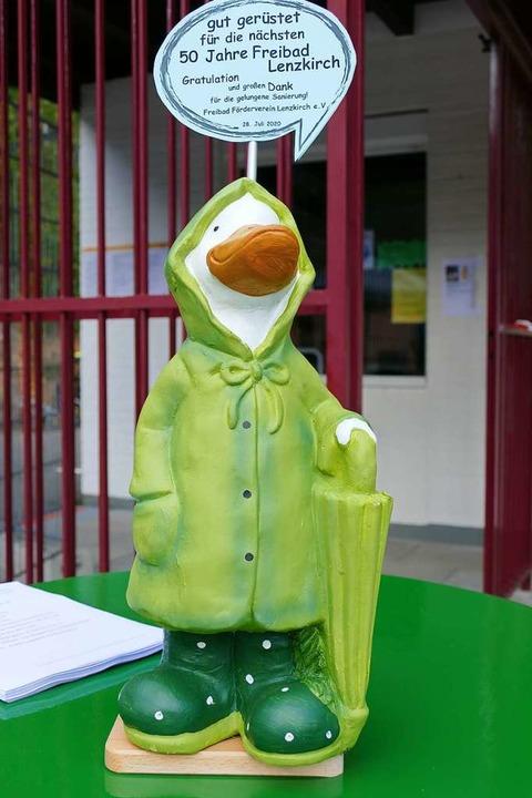Der Freibad-Förderverein Lenzkirch bed...vestition mit einer witzigen Skulptur.  | Foto: Ralf Morys