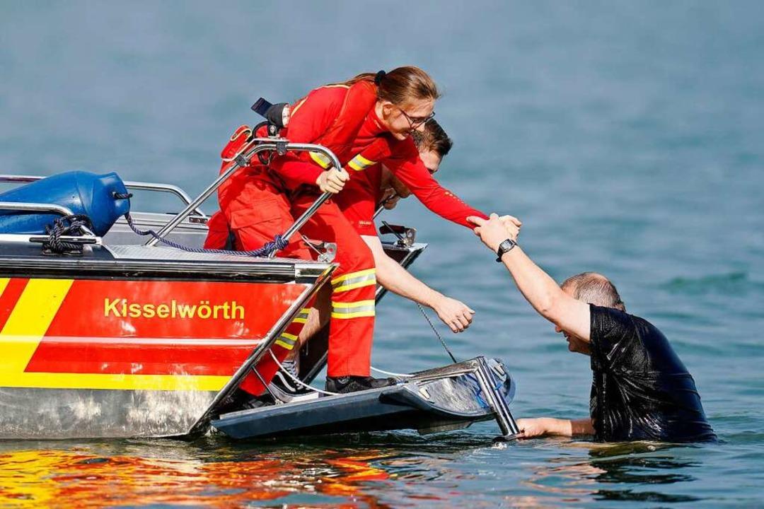 Der DLRG bei einer Rettungsübung eines Schwimmers.  | Foto: Uwe Anspach (dpa)