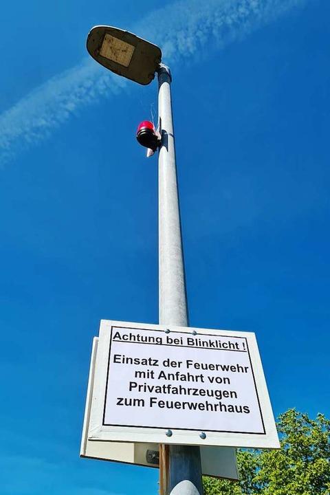 Die roten Warnleuchten am Murger Weg b... sobald die Feuerwehr alarmiert wurde.  | Foto: Stefan Ammann