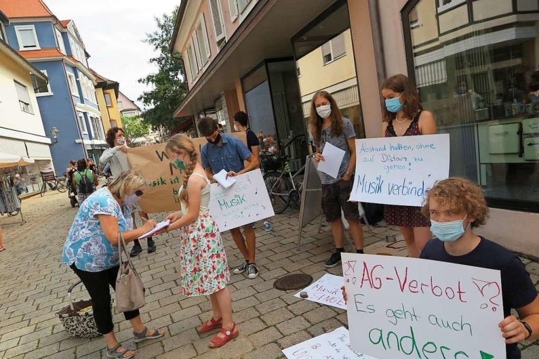 Mit ihrer Unterschriftenaktion stießen...räfler Gymnasiums auf viel Zustimmung.    Foto: Beatrice Ehrlich