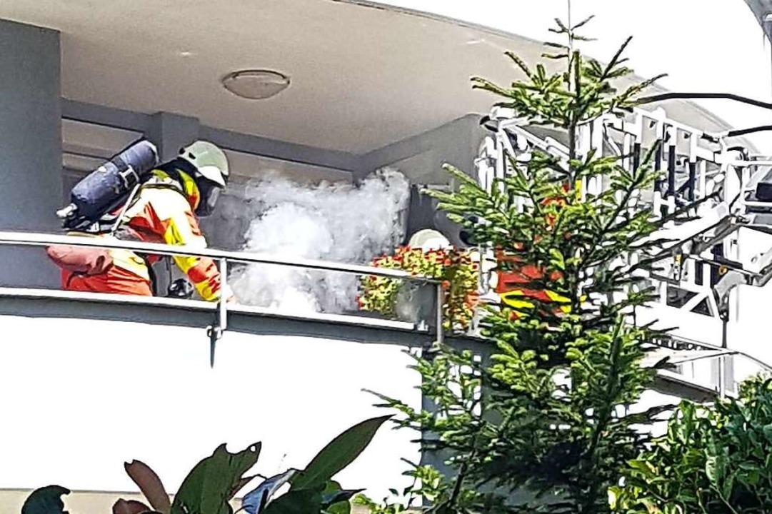 Mit der Drehleiter kamen zwei Feuerweh...h-Allee, wo sie ein Handtuch löschten.  | Foto: Axel Kremp