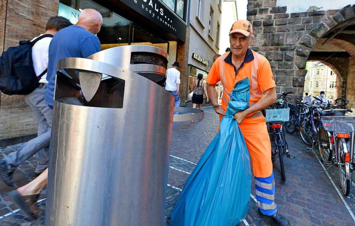 Manuel Barbero von der ASF leert einen... Abfall drin und nicht daneben landet.  | Foto: Michael Bamberger