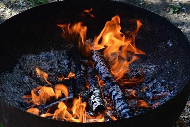 Waldpädagoge gibt Tipps zum Kochen auf offenem Feuer