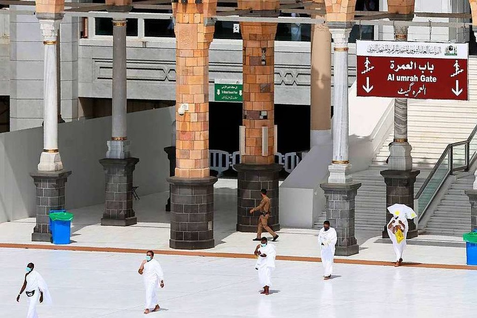 Nur mit großem Abstand zueinander dürfen Gläubige den Hof der Großen Moschee in Mekka betreten. (Foto: STR (AFP))