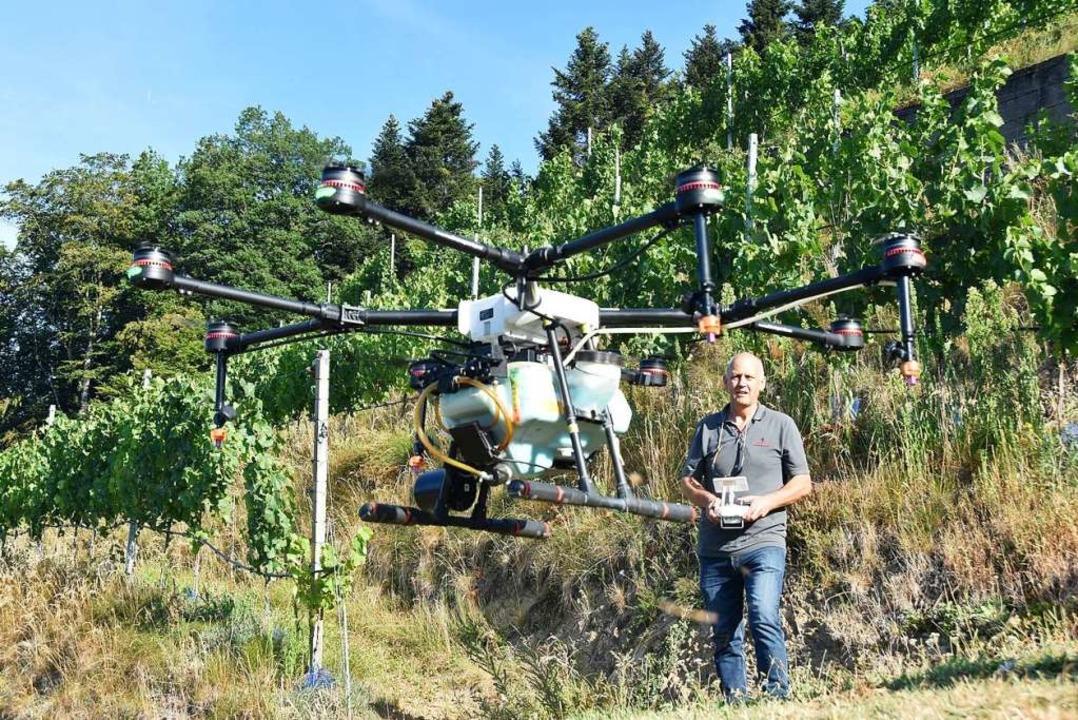 Udo Opel  steuert eine Drohne, die Spr...rg Roter Bur in Glottertal ausbringt.   | Foto: Max Schuler