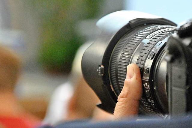 Freiburger Polizei sucht Mann in Frauenkleidern, der spielende Kinder fotografiert