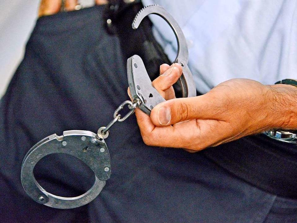 Die Polizei hat einen Mann, der eine F..., vorläufig festgenommen. (Symbolbild)  | Foto: Michael Bamberger