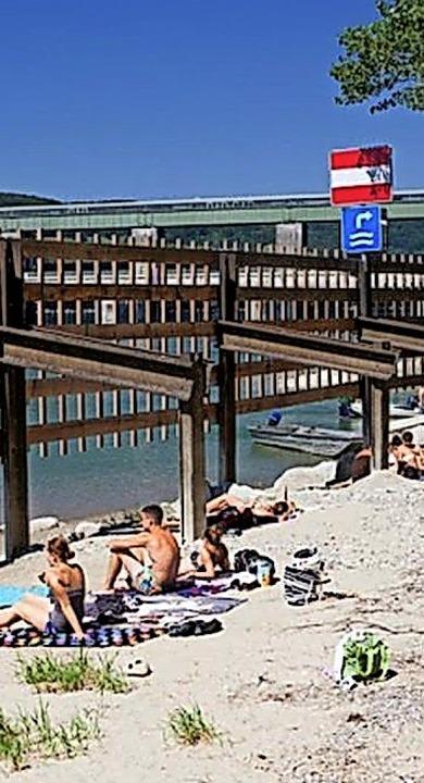 Wie im Süden: der Sandstrand, bekannt ...and bei Leibstadt am Stauwehr im Rhein    Foto: Zvg