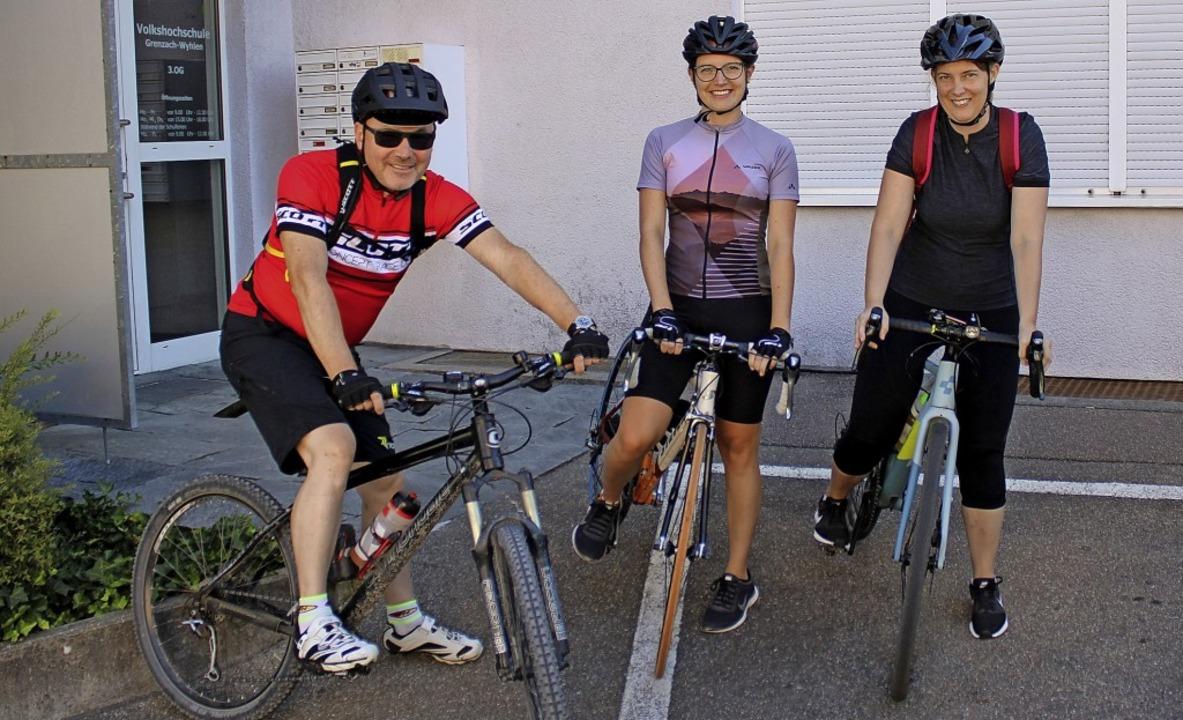 Mit dem  Rad von einer Volkshochschule...rina Wanowski (Mitte) und Katrin Nuiro  | Foto: Rolf Reißmann
