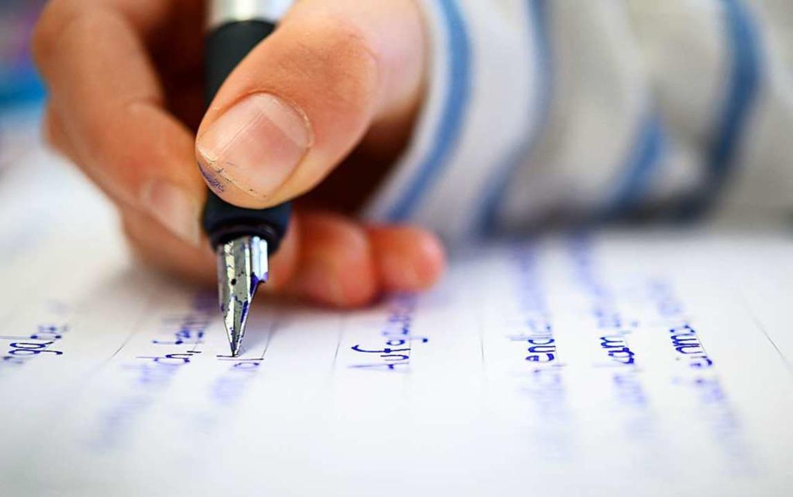 Mit Förderunterricht sollen  in den Sc...rien Lerndefizite ausgeglichen werden.  | Foto: Sebastian Gollnow (dpa)