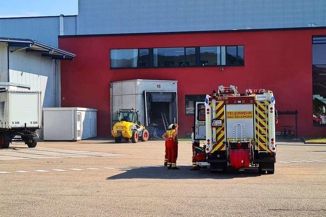 Feuerwehr löscht Brand in einem Logistikunternehmen in Bad Säckingen