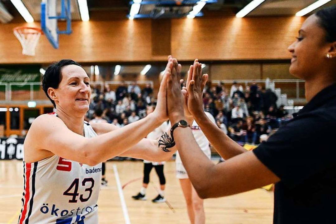 Ein letztes Abklatschen in Liga eins: ...it Eisvögel-Co-Kapitänin Lea Ouedraogo  | Foto: Patrick Seeger