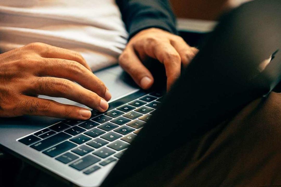 Der Mann hatte in einer E-Mail bezügli...n OB zudem als Kriminellen bezeichnet.  | Foto: Charles Deluvio (Unsplash)