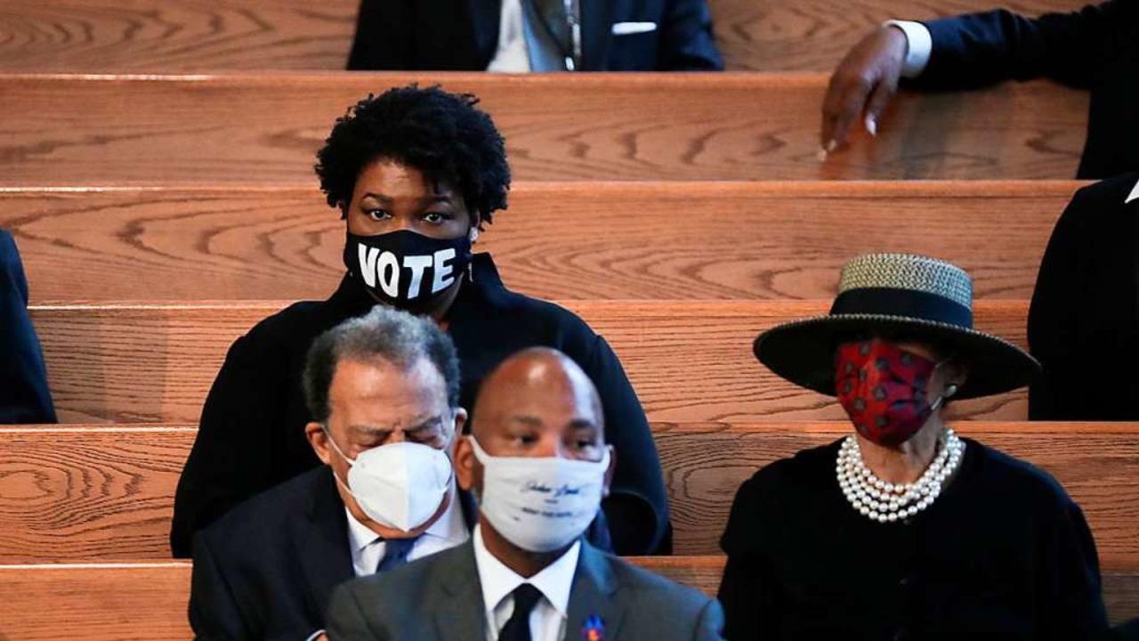 Die Politikerin Stacey Abrams trug ein...okratie für Veränderungen einzusetzen.  | Foto: ALYSSA POINTER (AFP)