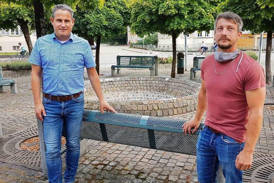 Dirk Harscher (links) und  Wassermeist...n Brunnen der Schopfheimer Stadthalle.  | Foto: Gerald Nill